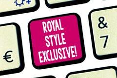 Texttecken som visar kunglig stilartikel med ensamrätt Begreppsmässigt fotomode som monarker tilltalas av riktigt tangentbordtang royaltyfria foton