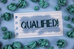 Texttecken som visar kvalificerad Motivational appell Begreppsmässig fotoauktoriserad revisor som utför ett kompetent erfaret skr arkivbild
