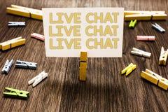 Texttecken som visar Live Chat Live Chat Live pratstund Begreppsmässigt foto som talar med innehavet för klädnypa för folkvänsläk Fotografering för Bildbyråer