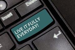 Texttecken som visar Live It Fully Everyday Det begreppsmässiga fotoet är optimistiskt tycker om tangent för tangentbord för livl royaltyfri bild