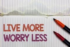 Texttecken som visar Live More Worry Less Det begreppsmässiga fotoet har en bra inställningmotivation att vara oförsiktig tycker  royaltyfri bild