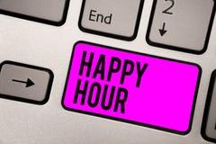 Texttecken som visar lycklig timme Begreppsmässigt foto som spenderar tid för aktiviteter som gör dig att koppla av för ett tag t royaltyfria bilder