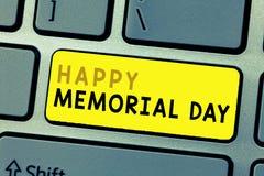 Texttecken som visar lyckliga Memorial Day Begreppsmässigt foto som hedrar minnas de som dog i militärtjänst royaltyfri foto