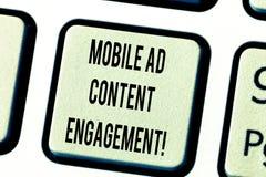 Texttecken som visar mobil annonsinnehållskoppling Socialt massmedia för begreppsmässigt foto som annonserar befordranstrategitan royaltyfria bilder