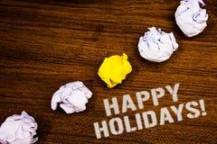 Texttecken som visar Motivational appell för lyckliga ferier Den begreppsmässiga fotohälsningen som firar festliga ord för dagidé Arkivbilder