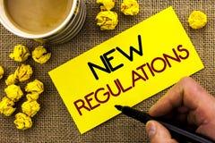 Texttecken som visar ny reglemente Begreppsmässig fotoändring av lagar härskar företags normala specifikationer som är skriftliga Arkivbilder