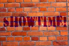 Texttecken som visar Showtime Det begreppsmässiga fotoet Tid en Perforanalysisce för lekfilmkonserten händelse planlagds för att  fotografering för bildbyråer