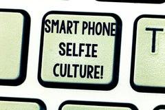Texttecken som visar smart telefonSelfie kultur E arkivbild