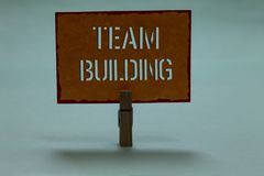 Texttecken som visar Team Building Begreppsmässiga fototyper av van vid aktiviteter förhöjer apelsin p för klädnypan för social f royaltyfri foto