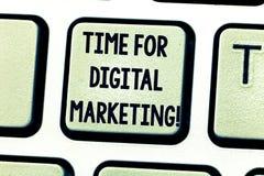 Texttecken som visar Time för den Digital marknadsföringen Socialt massmedia för begreppsmässigt foto som annonserar befordranstr royaltyfri foto