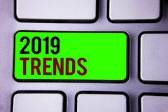 Texttecken som visar 2019 trender Begreppsmässiga utvecklingar för nytt år för foto i mode ändrar moderna innovationer Royaltyfri Bild