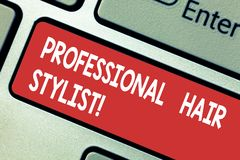Texttecken som visar yrkesmässig hårstylist det begreppsmässiga fotoet en demonstrering vars ockupation är att klippa eller utfor royaltyfri fotografi