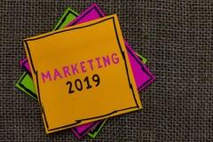 Textteckenvisning som marknadsför 2019 Noterar kommersiella trender för det begreppsmässiga fotoet för papper för befordrings- hä fotografering för bildbyråer