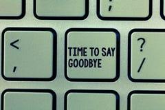 Textteckenvisning Tid som säger farväl Det begreppsmässiga fotoet som bjuder avsked ser så länge att du att bruka oss möter igen royaltyfria foton