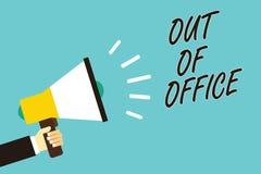 Textteckenvisning ut ur kontor Det begreppsmässiga fotoet utanför jobbet inget i affärsavbrottsfritid kopplar av hållande megapho arkivbild