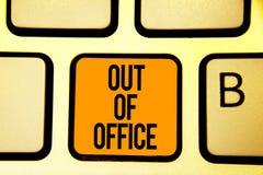 Textteckenvisning ut ur kontor Det begreppsmässiga fotoet utanför jobbet inget i affärsavbrottsfritid kopplar av tangent för tidt royaltyfri fotografi