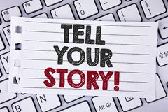 Textteckenvisningen berättar din berättelse Motivational appell Den begreppsmässiga fotoaktien din erfarenhet motiverar världen s Royaltyfri Fotografi