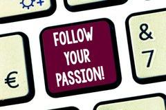 Textteckenvisningen följer din passion Det begreppsmässiga fotoet går med för kuriositet- eller entusiasmtangentbord för starkt i arkivbilder