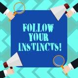 Textteckenvisningen följer dina instinkter Det begreppsmässiga fotoet lyssnar till din intuition och lyssnar till dina händer var stock illustrationer
