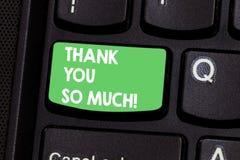 Textteckenvisningen tackar dig så mycket Begreppsmässigt fotouttryck av tacksamhethälsningar av gillandetangentbordtangenten arkivfoto