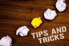 Textteckenvisningen tippar och trick Begreppsmässiga fotoförslag att göra saker lättare hjälpsam wor för begrepp för rådgivninglö fotografering för bildbyråer
