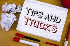 Textteckenvisningen tippar och trick Begreppsmässiga fotoförslag att göra saker lättare hjälpsamma rådgivninglösningar fotografering för bildbyråer