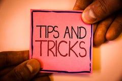Textteckenvisningen tippar och trick Begreppsmässiga fotoförslag att göra saker lättare hjälpsamma rådgivninglösningar att man hå royaltyfri fotografi