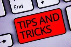 Textteckenvisningen tippar och trick Begreppsmässiga fotoförslag att göra saker lättare hjälpsamt rådgivninglösningstangentbord r royaltyfria foton