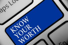 Textteckenvisningen vet ditt värde Det begreppsmässiga fotoet är medvetent av personligt värde förtjänad tangent I för blått för  royaltyfri illustrationer