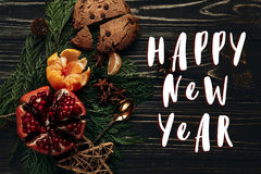 Texttecknet för det lyckliga nya året på stilfull lantlig vinterlägenhet lägger med Arkivbild