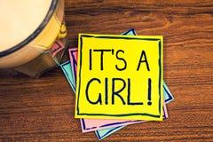 Texttecknet som visar det, är en flicka den Motivational appellen Begreppsmässiga foto som kvinnlign behandla som ett barn komman Arkivbilder