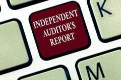 Texttecknet som visar oberoende revisor s, är rapporten Begreppsmässigt foto att analysera att redovisa och finansiella övningar arkivfoton