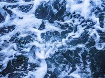 Textur av abstrakt bakgrund för havvatten med skum arkivbild