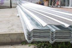 Textur av aluminium folie för takbakgrund Arkivfoton