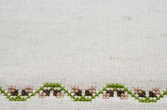 Textur av beige linnetyg med broderi Arkivbilder