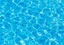 Textur av blått vatten i pölen Arkivfoton
