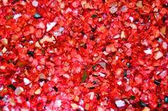 Textur av brutna exponeringsglasstycken, röd betalning blänker bakgrund Ferier jul, valentin, förälskelseabstrakt begrepptextur arkivfoton