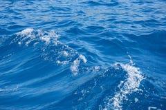 Textur av den blåa havsskumvågen Arkivfoto