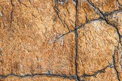 Textur av den bruna stenen eller marmor med vertikala och horisontalsprickor Royaltyfria Bilder