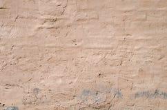 Textur av den gamla lantliga väggen som täckas med den bruna stuckaturen, bakgrund, texturserie Arkivbilder