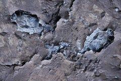 Textur av den gamla tegelstenväggen med stupat av murbruk och sprickor, lodisar arkivfoto