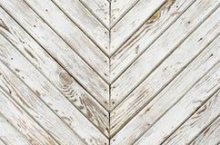 Textur av den gamla träporten som täckas med sjaskig vit målarfärg Avspeglade sneda linjer Arkivbild