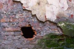 Textur av den gamla väggen med bruten murbruk och hålet Fotografering för Bildbyråer