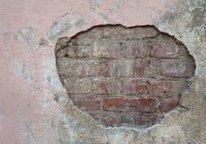 Textur av den gamla väggen som täckas med den rosa stuckaturen Arkivfoto