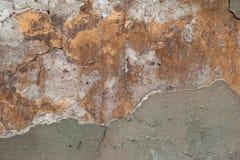 Textur av den gamla väggen som täckas med grå färg- och gulingstuckaturen Arkivfoton