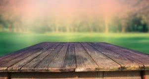 Textur av den gammala wood tabellen och grön parkbackgroun