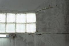 Textur av den gråa betongväggen med vattenfläckar fodrar Royaltyfri Bild