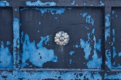 Textur av den målade metallen med prydnader Blå flagnande målarfärg Arkivfoto
