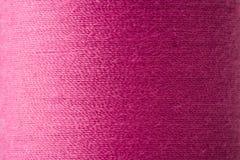 Textur av den magentafärgade tråden i rulle Royaltyfri Foto