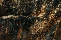 Textur av den naturliga stenen i svart- och gulingfärger royaltyfria bilder